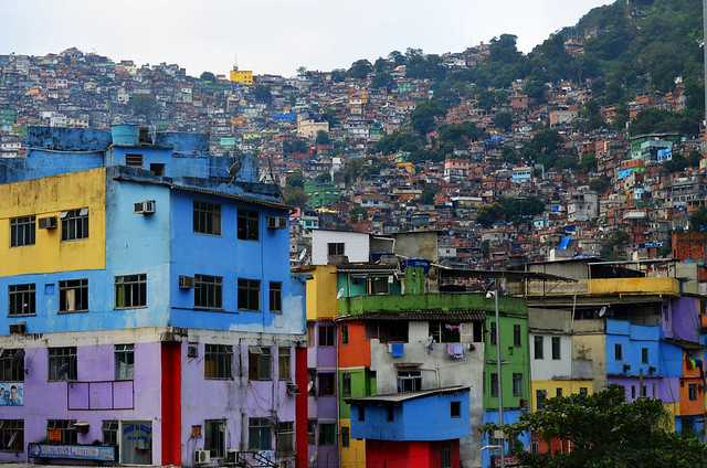 Coloridas casitas de la favela de Rocinha