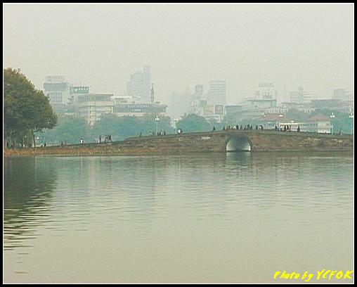 杭州 西湖 (其他景點) - 662 (從北山路湖畔望向西湖十景之 蘇堤 蘇堤上的斷橋)