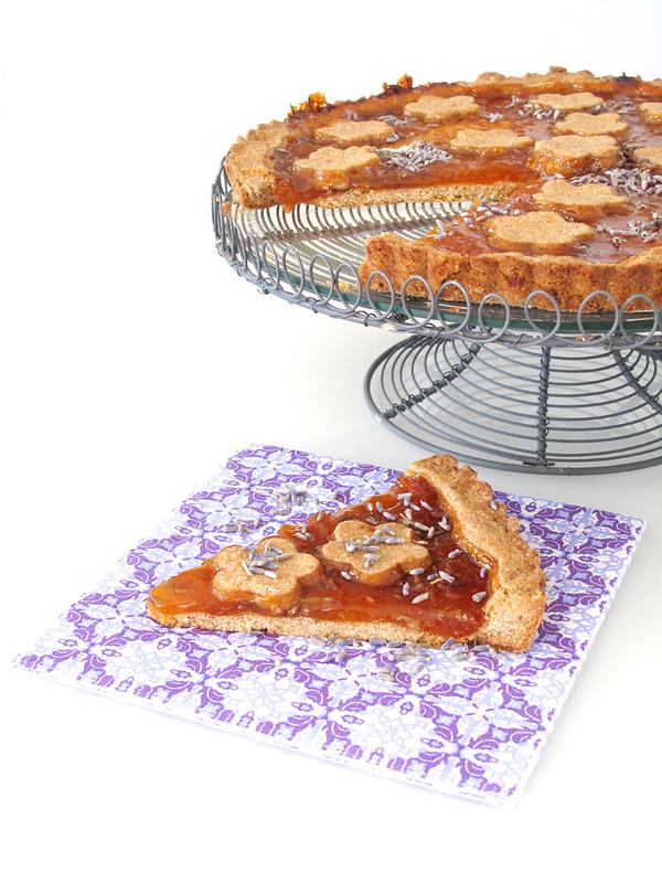 Crostata integrale con confettura di albicocche e fiori di lavanda