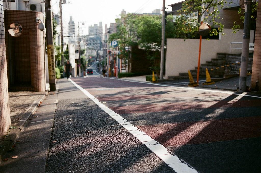 中目黑 Tokyo, Japan / AGFA VISTAPlus / Nikon FM2 看著地面的影子就能夠知道,自己還活在幻想裡,不存在的人也不應該用場景勉強拍出。  那時候很想念、那時候會哭泣,只是想告訴自己,現在開始要好好照顧自己。  Nikon FM2 Nikon AI AF Nikkor 35mm F/2D AGFA VISTAPlus ISO400 1000-0013 2015-10-03 Photo by Toomore