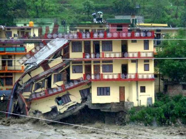 उत्तराखंड में बारिश के कारण उत्तरकाशी के प्रेमनगर इलाके में एक तिमंजिला मकान भरभरा कर गिर पड़ा