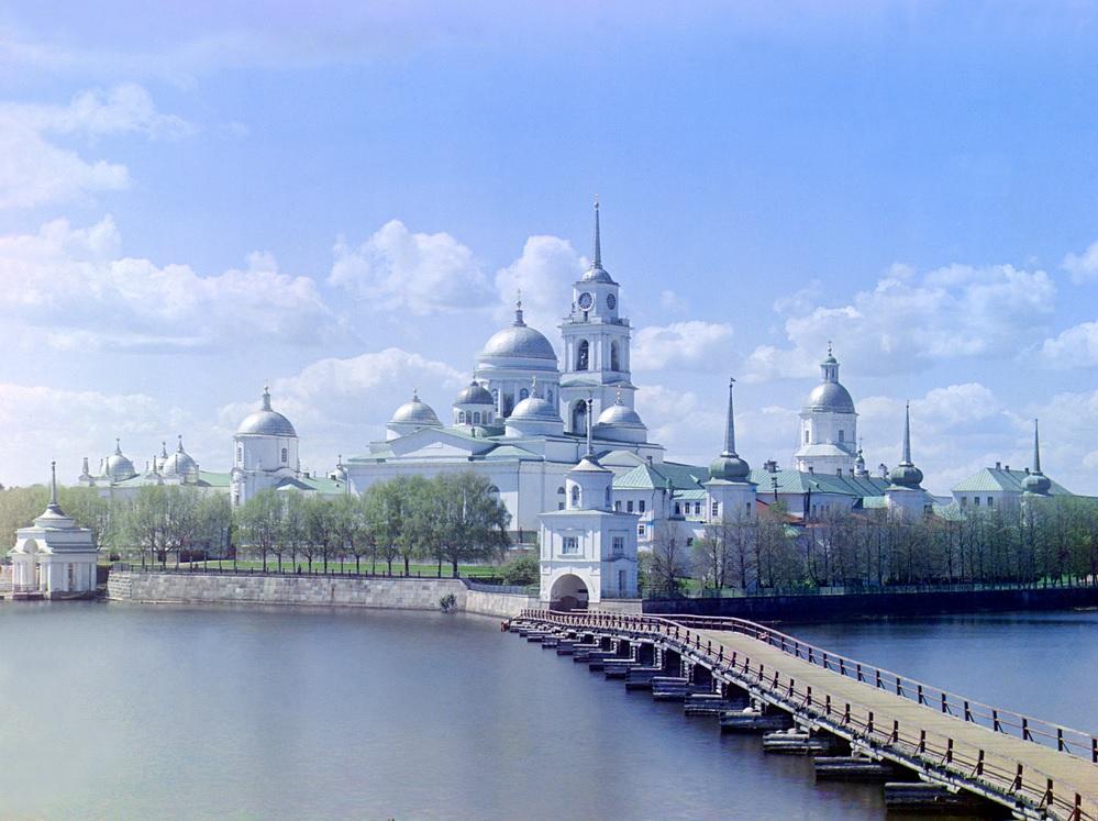 El Monasterio de Nilov sobre la isla de Stolobnyi, en el lago Seliger y cerca de la cabecera del Volga. Autor, Gorgo