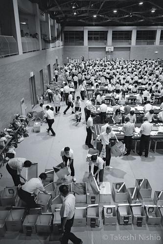 回収した投票箱を並べる / Line up collected ballot boxes