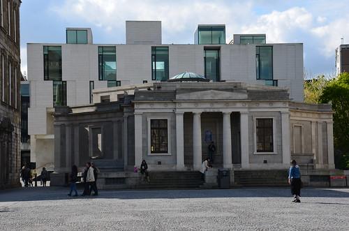 Im Hintergrund moderne Bauten, vorne das Denkmal für das alte Buch