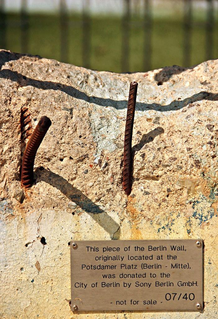 Porción del muro que se encuentra en la entrada del parque europa de Torrejón de Ardóz (Madrid), justo detrás de la réplica de la puerta de Brandeburgo Muro de Berlin, viajero mundial por la paz - 9700898066 e309a20fe0 b - Muro de Berlin, viajero mundial por la paz