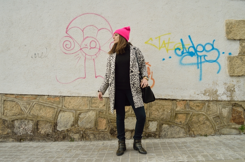 lara-vazquez-madlula-blog-style-fashion-white-black-outfit-pink-beanie