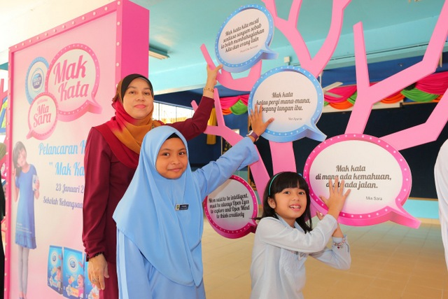Puan Che Norizam (Headmistress of SK Bangsar), a student and Mia Sara posting up their 'Mak Kata' quotes on the tree