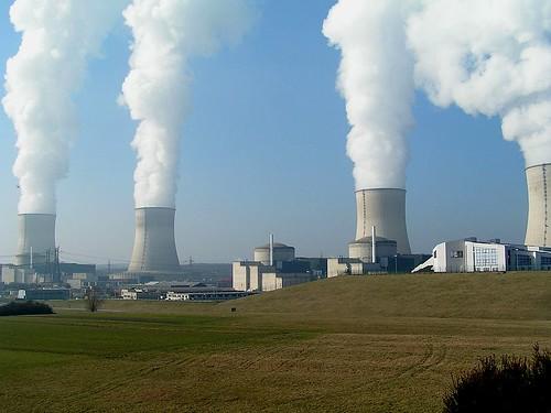 法國核電廠正在排出水蒸氣,圖片來源:維基百科。