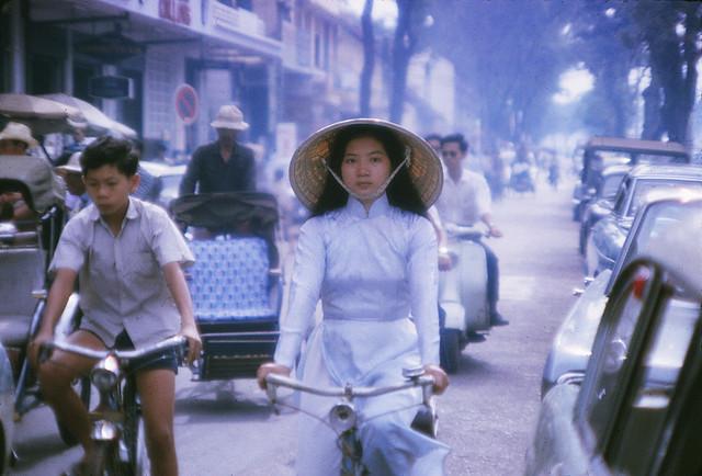 SAIGON 1966 - BEAUTIFUL WOMAN ON BICYCLE - Đường Lê Lợi, phía trước Công Ty Xe Hơi KIM LONG