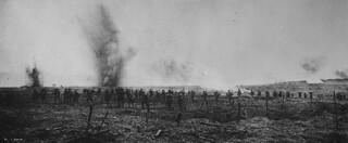 Canadians advancing through German wire entanglements, Vimy Ridge, April 1917 / Des Canadiens progressant parmi des réseaux de barbelés allemands, crête de Vimy, avril 1917