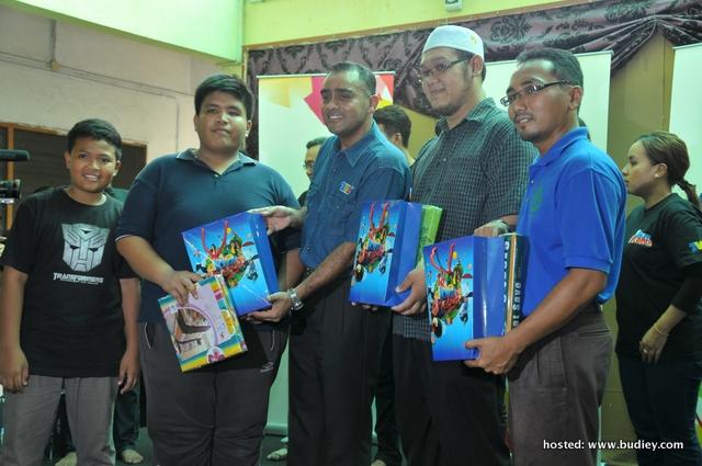 Wakil Media Prima, En. Rosli Sabarudin diiringi Penyelia Asrama Darul 'Izzah, Ahmad Salahuddin dan En Muhammad Nizam B. Samsudin memberi sumbangan kepada ank-ank yatim Darul 'Izzah
