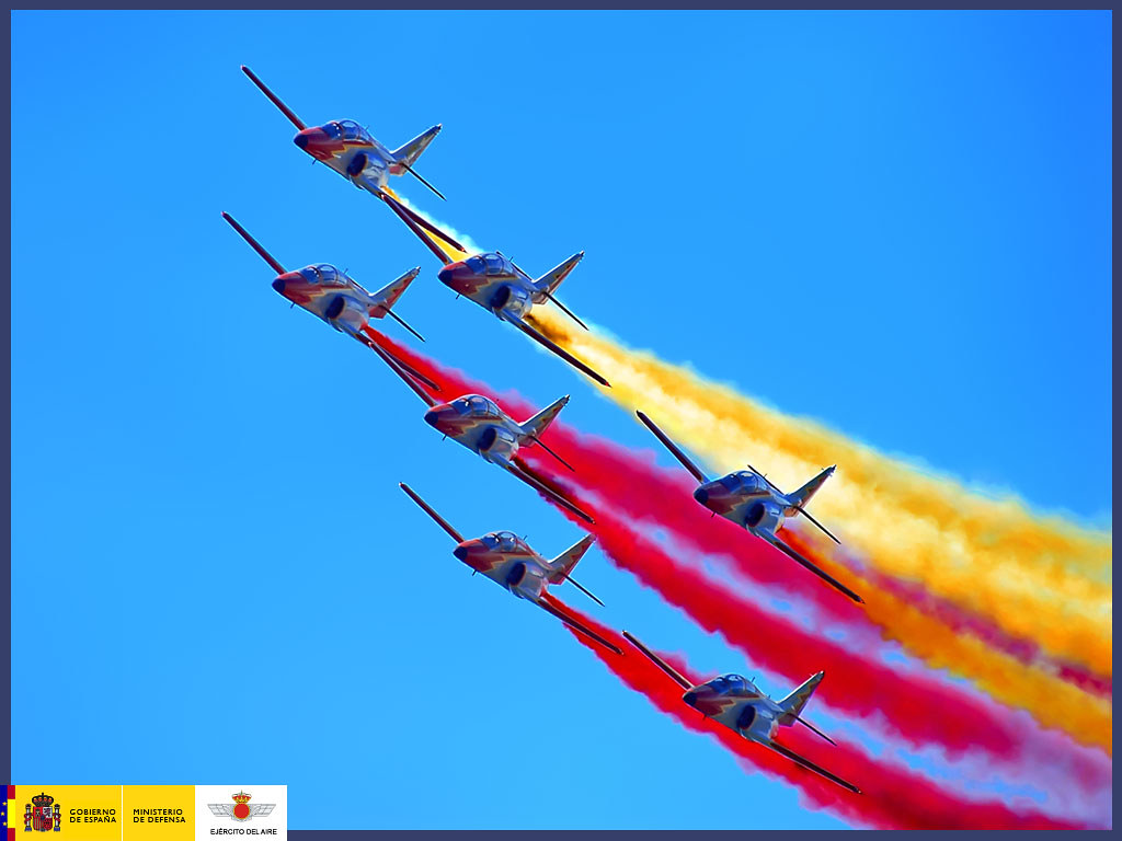 Patrulla Águila dibujando la bandera de España