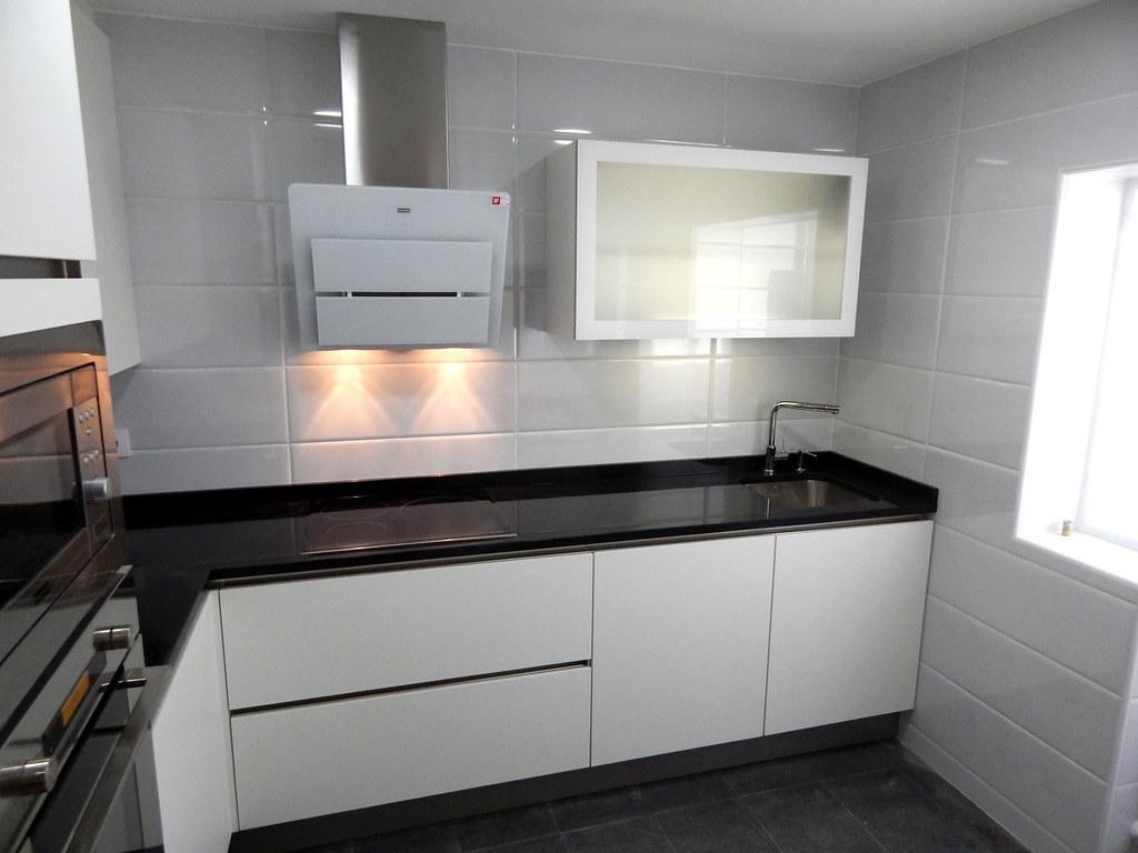 Muebles de cocina especialistas en dise o sin tiradores for Muebles de cocina 2 metros