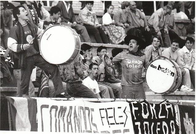Manolo el del Bombo arenga a la afición del CD Toledo en un partido de la temporada 1991/1992  © Fotografía de Carlos Monroy