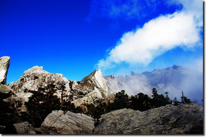 南湖主、南連稜上的巨石 12