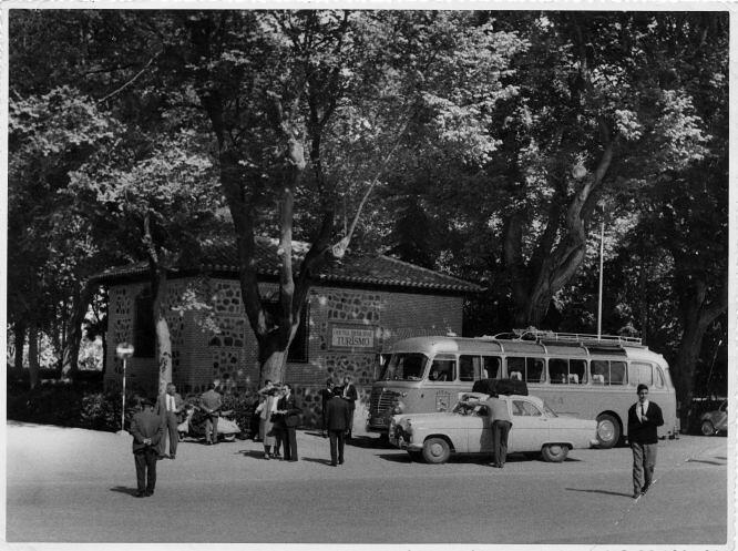 Oficina de Turismo del Paseo de Merchán a mediados del siglo XX © FondoRodríguez. Archivo Histórico Provincial. JCCM. Signatura CGD2-098