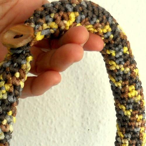 detalle collar crochet serpiente