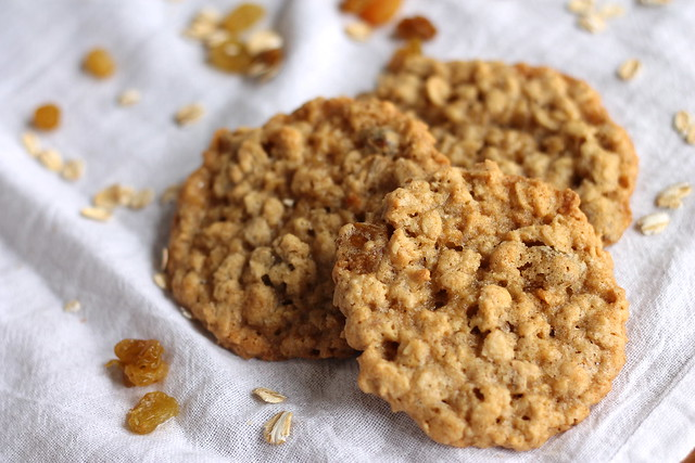 Thin and Chewy Oatmeal Cookies
