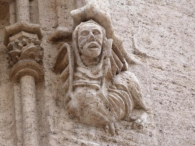 Estatua de la lonja de la seda de Valencia