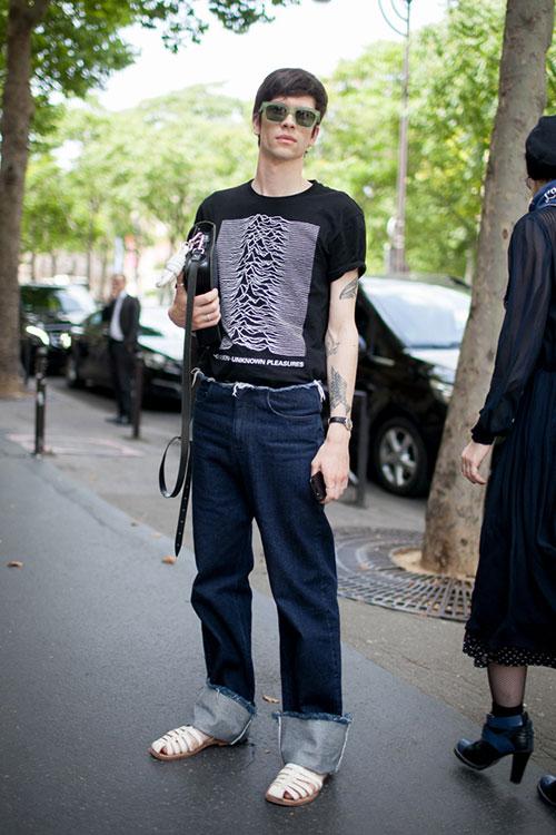 Joy Division Tシャツ×デニムパンツ×白サンダル
