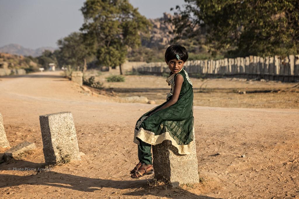 HAMPI :PORTRAIT DUNE ENFANT AU TEMPLE HAZARA RAMA
