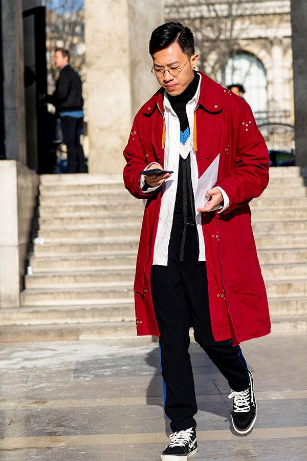 赤ロングコート×白シャツ×黒ニット×黒パンツ×黒VANSスニーカー