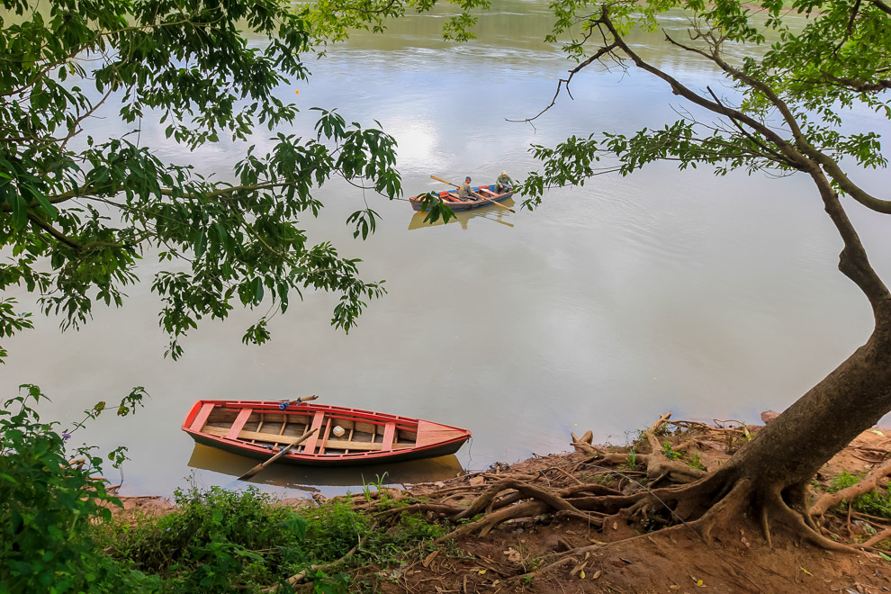 Los canoeros de Ita Verá son los taxistas que llevan a los distintos pobladores rapidamente de una zona a otra de este pequeño pueblo donde el comercio fronterizo es la principal actividad. (Tetsu Espósito)