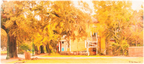 Image of an older home in Savannah, Georgia with yellow emphasized