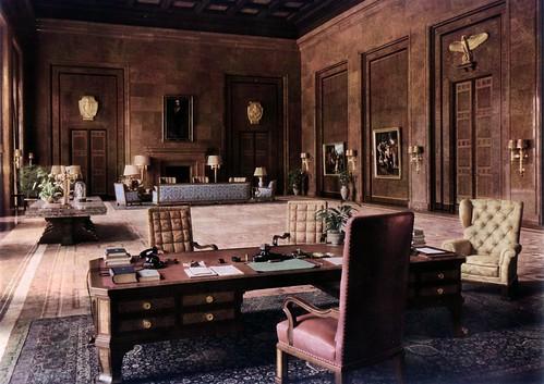 Das Arbeitszimmer Hitlers. Im Vordergrund sein von Speer gestalteter Schreibtisch... Vor den Fenstern zum Garten steht der Kartentisch mit einer funf Meter langen und 1,60 Meter  breiten, aus einem Stuck gefertigten Marmorplatte.....