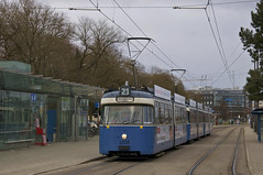 Während auf der Linie 22 das Gespann aus den Wagen 2021/2010/3039 eingesetzt wurde, fuhr auf dem Kurs 11 der Linie 21 das Dreiwagenzug-Gespann 2028/2031/3037. Hier pausiert die neue Garnitur für einige Momente am Westfriedhof, bevor es wieder zum Stachu