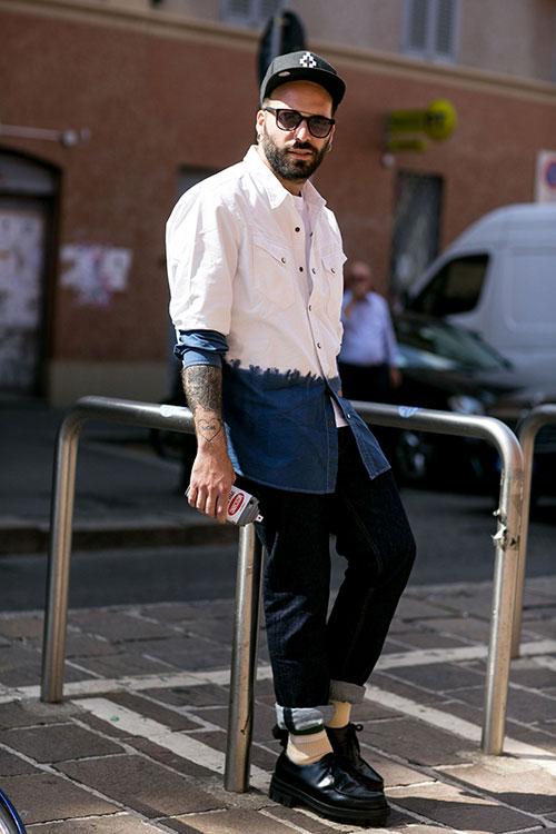 白紺バイカラーデニムシャツ×デニムパンツ×モカシンシューズ