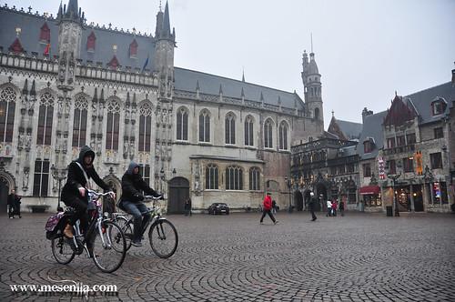 En bicicleta per la Plaça Burg a Brugges
