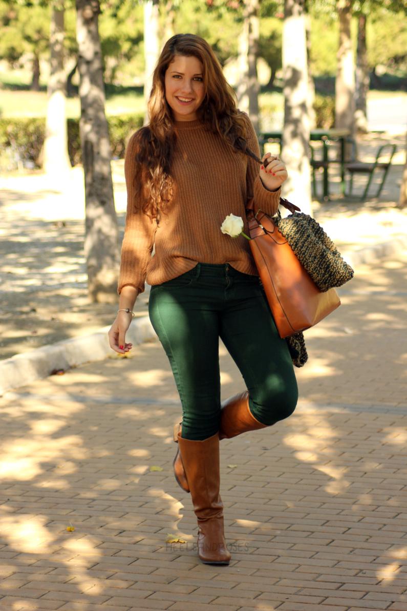pantalones-verdes-con-jersey-marrón-heelsandroses-(3)