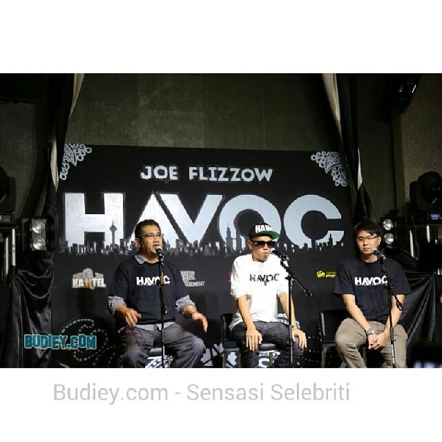 #LiveUpdate : Selepas perform 2 buah lagu, termasuk lagu Havoc @flizzow menjawab soalan dari media #album #launching