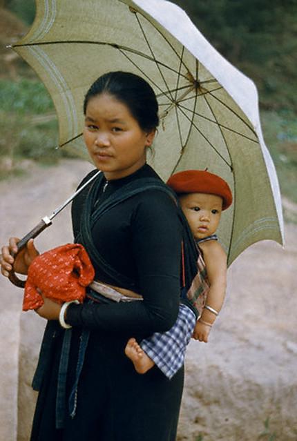 Vietnam 1952 - Bà mẹ người Thái đen với đứa con