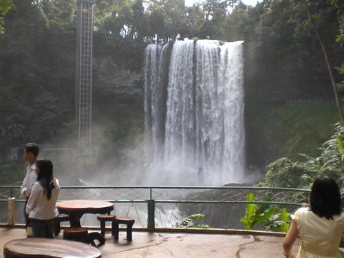 Cầu bắc ngang qua thác