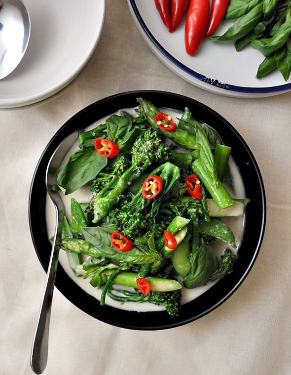 Thai Green Curry with Sugar Snaps, Asparagus & Broccolini | www.fussfreecooking.com
