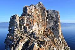 Scoglio sacro - diverse persone si arrampicano e leggono o fanno yoga seduti sulle rocce