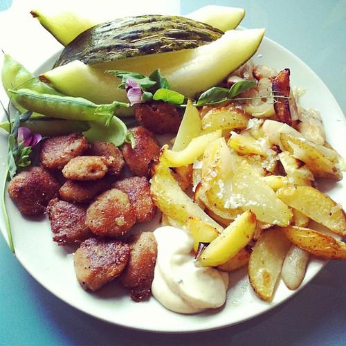 Tzaysöndag med potatis/nyplockad lök/jordärtskocka i ugn, vitlökssås, söta ärtor och meloner. #vadveganeräter