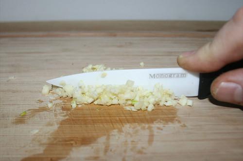 21 - Knoblauch zerkleinern / Mince garlic