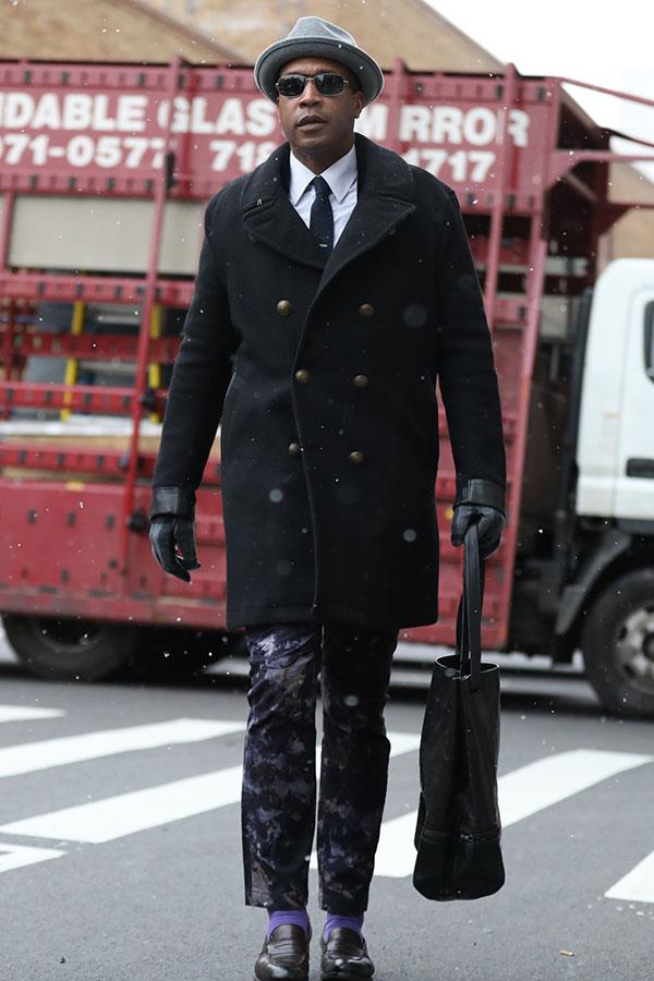 グレーハット×黒ピーコート×白シャツ×黒ソリッドタイ×黒ブリーチパンツ×ブラウンコインローファー