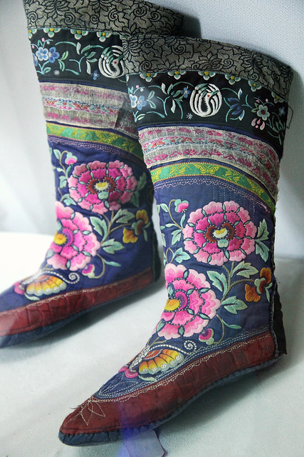 Very beautiful embroidered boots in the museum, Kumul (Hami) ハミ、博物館の美しい刺繍ブーツ