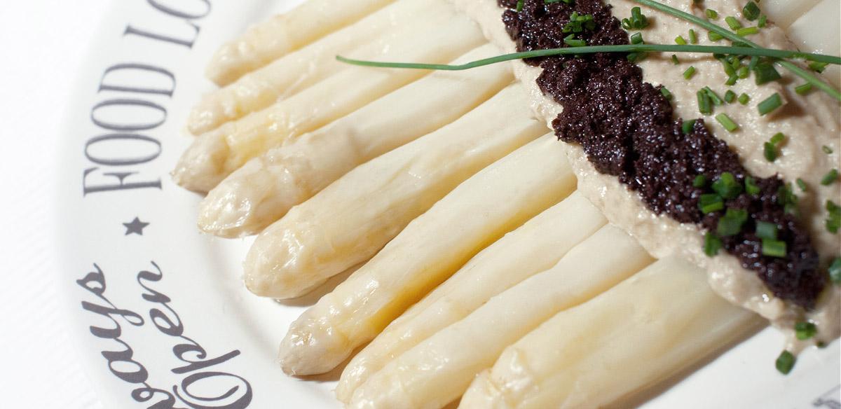 Receta sin almidón de espárragos de Navarra con salsa de cebolla y avellanas