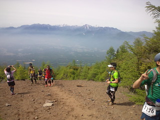 スリーピークス八ヶ岳トレイルレース走ってる。南アルプスが見え る。