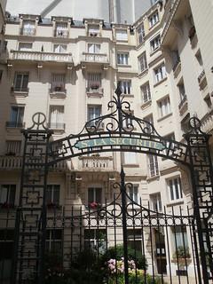 Immeuble d'habitation HBM construit pour la société d'Assurance La Sécurité en 1914. Rue des Epinettes, Paris 17e.