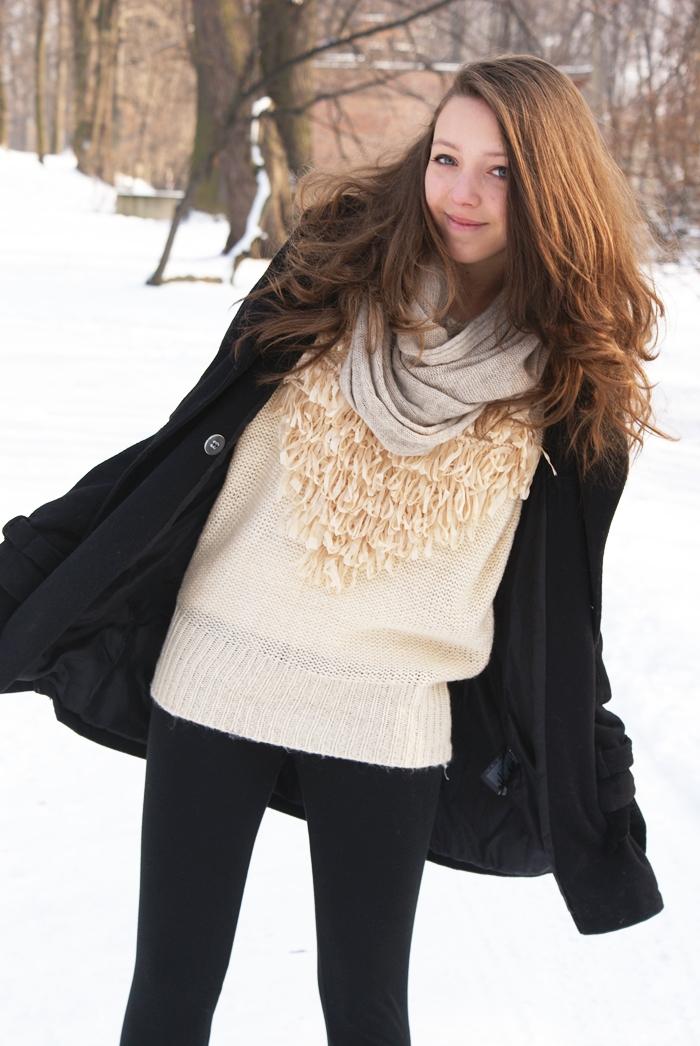 beżowy sweter z sercem