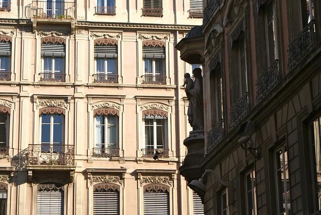 Ombres et lumières, façade typique de Lyon