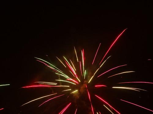 Das Feuerwerk zaubert ein Farbenspiel am Himmel für die vielen glücklichen Menschen die sich darüber freuen und denen das gefällt 1119