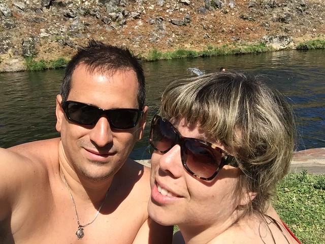 Sele y Rebeca en la piscina natural de Jevero (Acebo, Sierra de Gata)