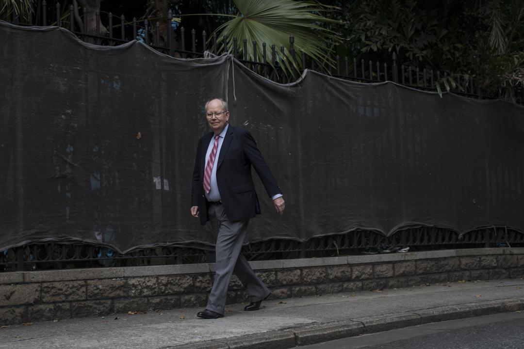 澳洲裔香港人鮑卓善(Don Brech)是英國殖民時期的檔案統籌主任,1987年6月30日,他抵達香港,開始為期五年的香港檔案管理工作。